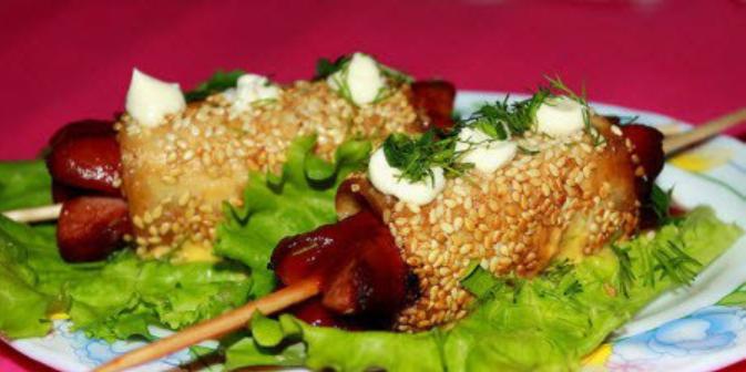 Салат шпажки из сосисок и салат из кукурузы