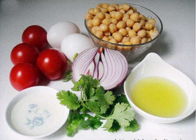 Салат с сыром, помидорами и турецким горохом