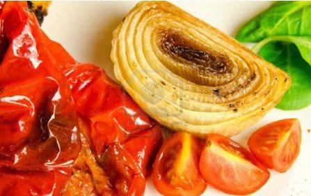 Салат с жаренным луком и перцем