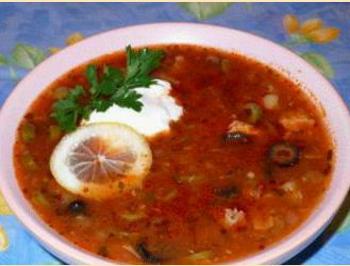Суп из сёмги с оливками и маслинами.