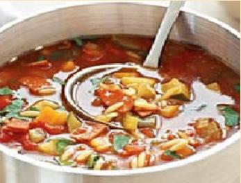 Густой суп с беконом и овощами.